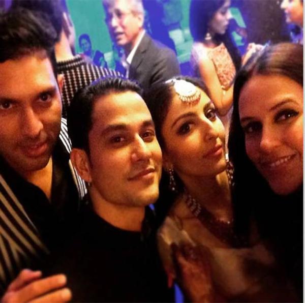 Reception Party: सोहा अली ख़ान और कुणाल खेमू अपने दोस्त युवराज सिंह और नेहा धूपिया के साथ। (स्रोत-इंस्टाग्राम)