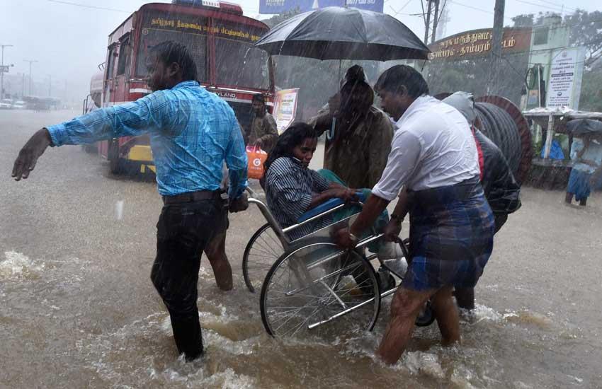 चेन्नई बारिश, तमिलनाडु की बारिश chennai rains, chennai flood, rescue in chennai, chennai helpline no