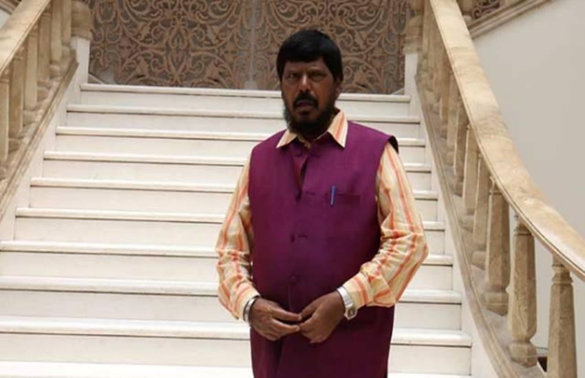 मोदी के मंत्री का गौ रक्षकों से सवाल- तुम लोग गौ रक्षा करोगे तो मानव रक्षा कौन करेगा ?