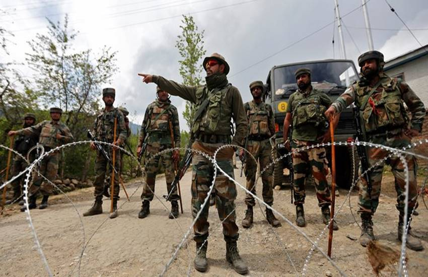 Kashmir, Kashmir Border, An Intruder, An Intruder Killed, Destroyed Two Pakistani Posts, Army Destroyed Pakistani Posts, Death of A Soldier, Indian army, Indian army Action, National news