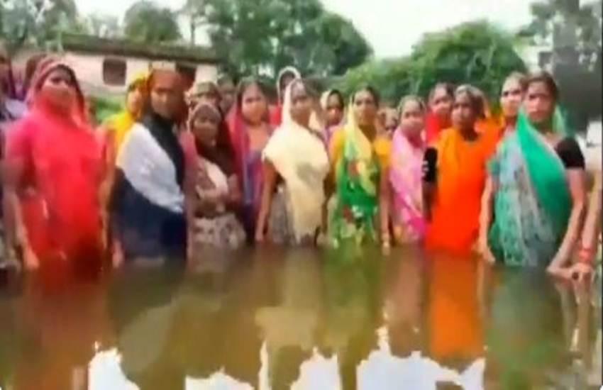 water logging, bihar flood, nitish kumar, Aurangabad, Heavy Rain, Monsoon, People, Problem, Viral Video, Indian women