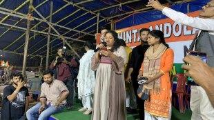 कोलकाता के पार्क सर्कस में सीएए के खिलाफ प्रदर्शन कर रहे लोगों का समर्थन करने पहुंची रसिका अगाशे। (Photo: Twitter@Park_Circus_)