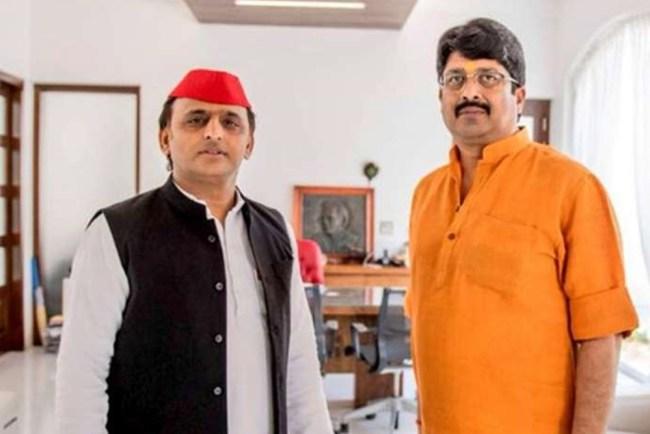 UP News, Raja Bhaiya With Akhilesh Yadav