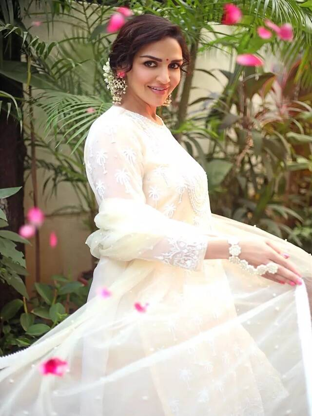 Try these traditional looks of Esha Deol