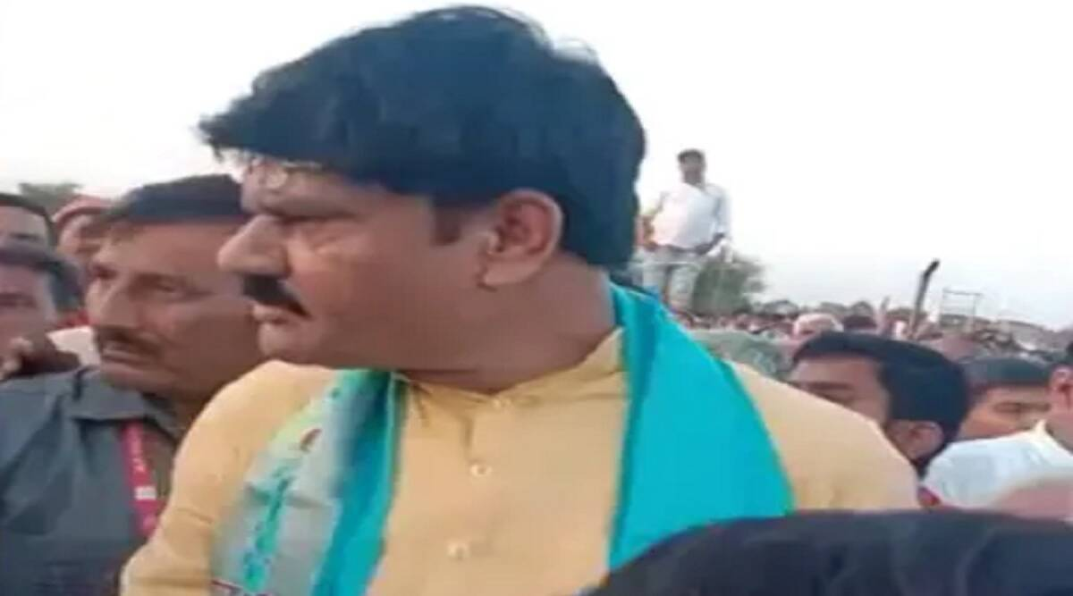 MP Minister OPS Bhadoria Video Viral Got Angry on Farmer Who Demand For Fertilizer