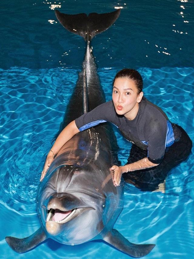 Gauahar Khan's romance with dolphins in Dubai