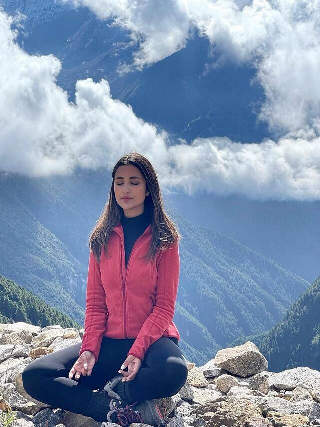 Parineeti Chopra is crazy about yoga, doing meditation between mountains in Nepal