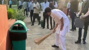 Jyotiraditya Scindia, VIDEO of Scindia, Scindia Sweeping, Viral Video, Modi Government